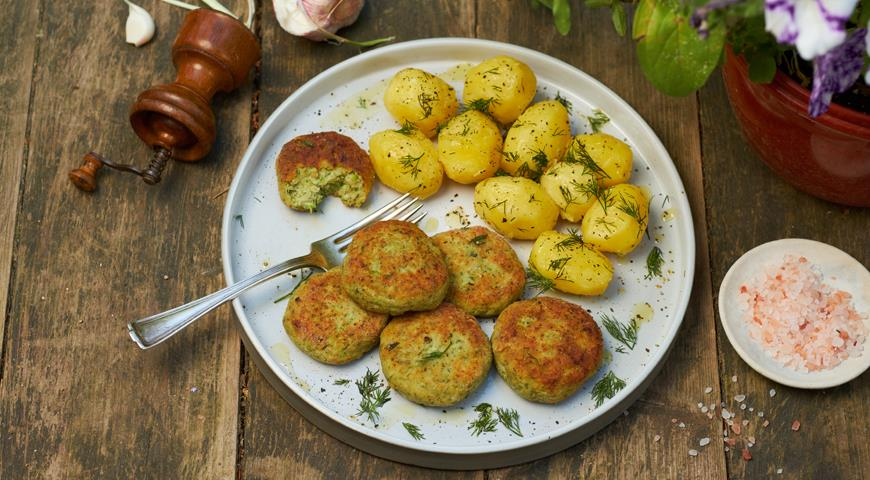 Pike cutlets with bacon, zucchini and herbs