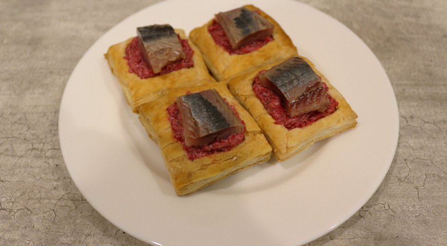 Puffs with beetroot filling and herring