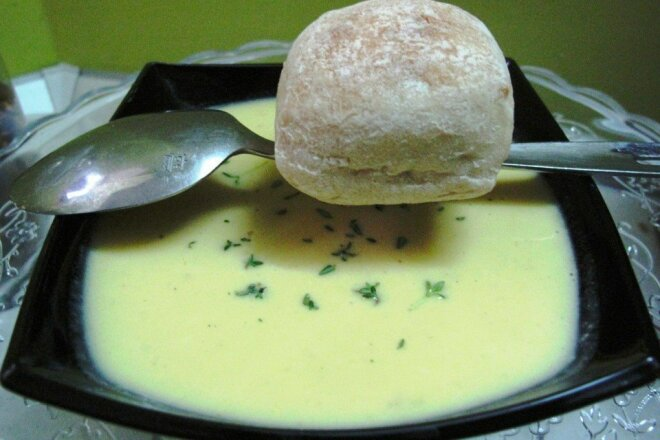 Garlic cream soup with cheese