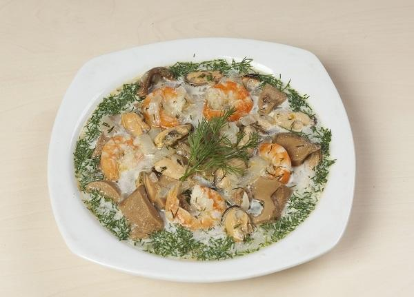 Soup with porcini mushrooms and seafood: two delicacies in one plate