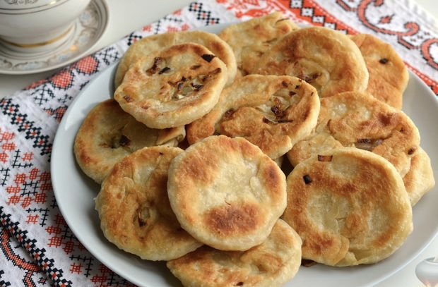 Lean onion cakes in a pan
