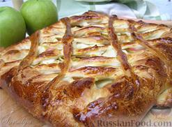 Cheesecake with apple and jam