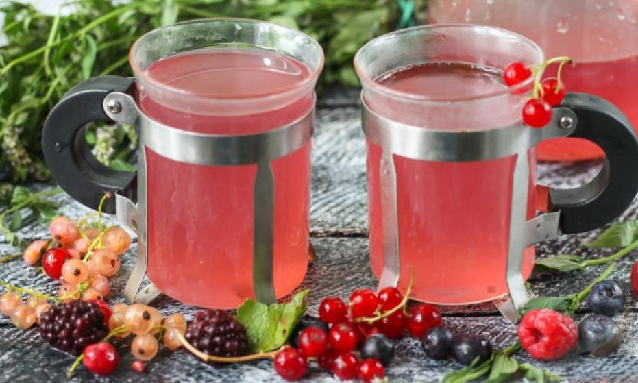 Berry tea with honey