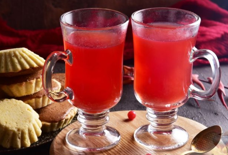 Spicy cranberry tea with lemon and honey