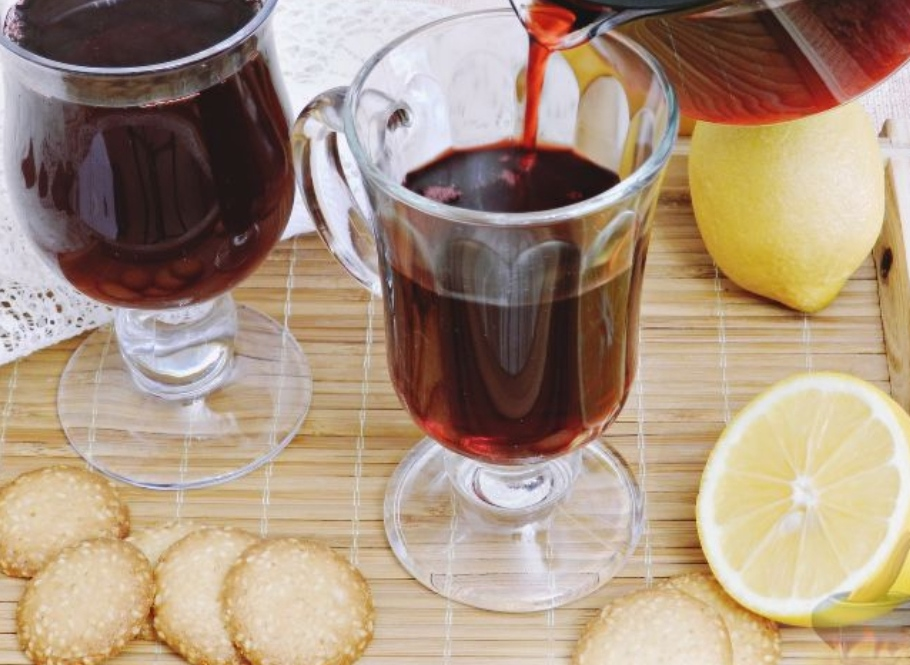 Hibiscus drink with ginger and lemon