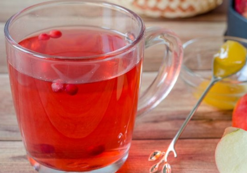 Apple tea with cranberries, lingonberries and cardamom