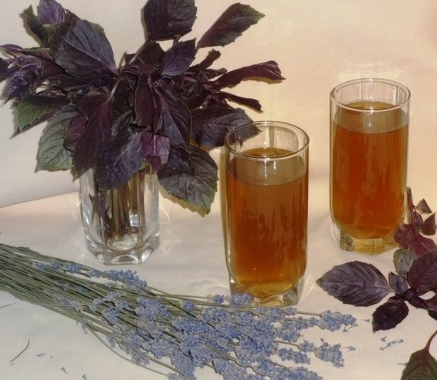 Iced tea with lavender and basil
