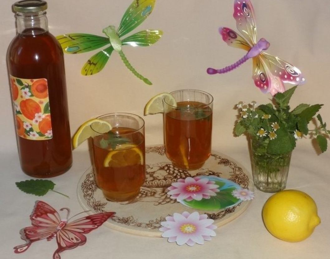 Iced green tea with chamomile and lemon balm