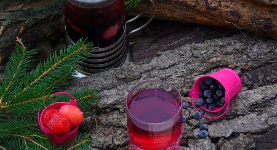 Strawberry currant tea with fennel