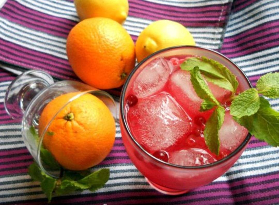 Orange-lingonberry iced tea with mint