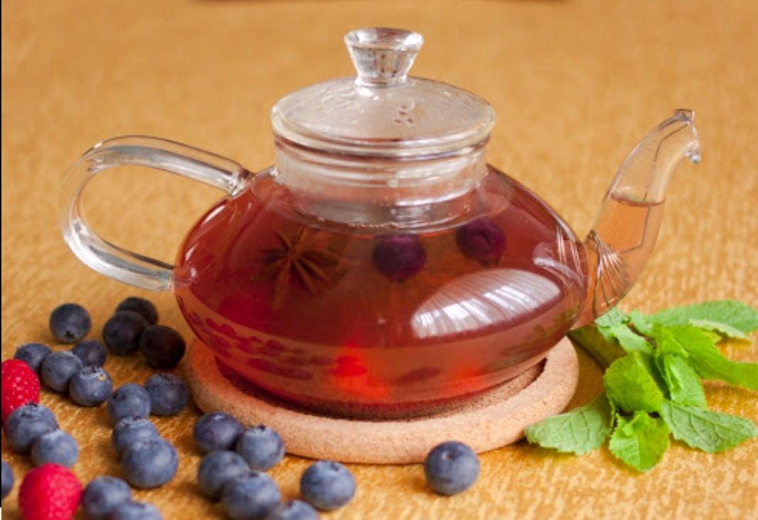 Iced tea with wild berries