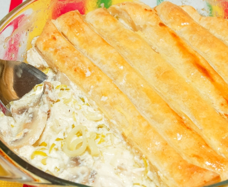 Chicken in a creamy sauce covered with puff pastry