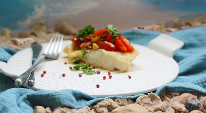 Cod in wine sauce with basil and cherry tomatoes
