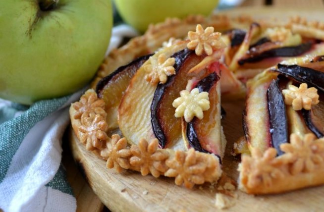 Biscuit with Apples and Plums