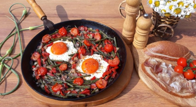Country Breakfast - Scrambled Eggs with Garlic Arrows, Cherry Tomatoes