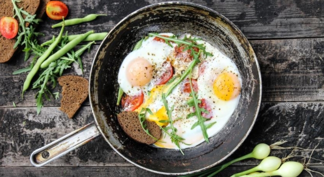 Fried Eggs with Asparagus Beans and Tomatoes