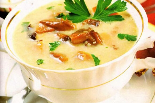 Mashed potato and mushroom soup with croutons.