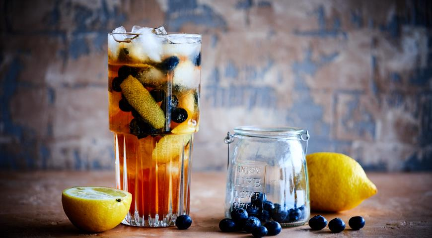 Lemon tea with rum and blueberry for a picnic