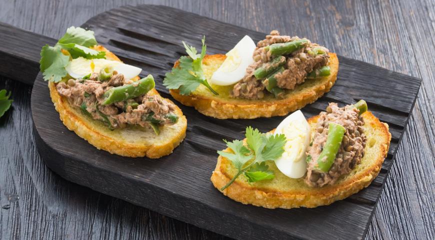 Bruschetta with lentil tuna salad