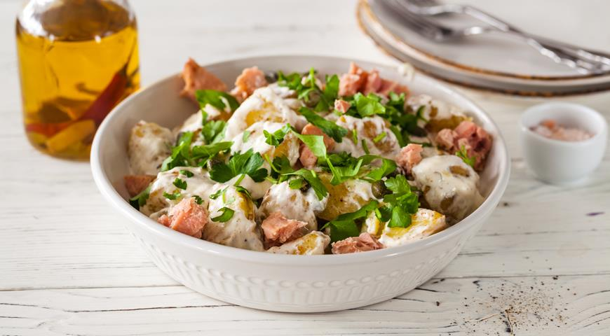 Young potatoes with parsley and canned tuna