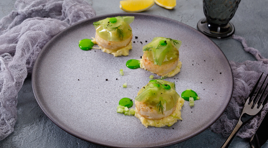 Pike perch cutlets with creamy sauce, cucumber jelly and leek and fennel garnish
