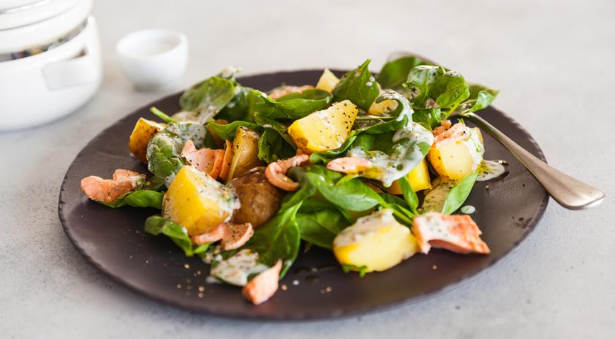 Warm salad with potatoes and salmon