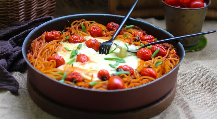 Casserole with Bolognese Pasta, Vegetables and Burrata