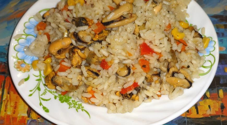Paella with mussels and vegetables