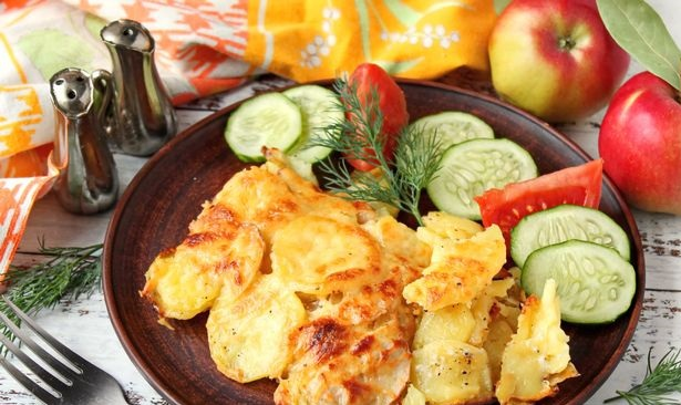 Potatoes baked with apples and cheese