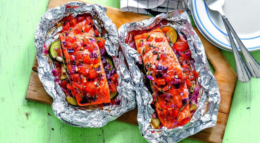Salmon with vegetables in foil