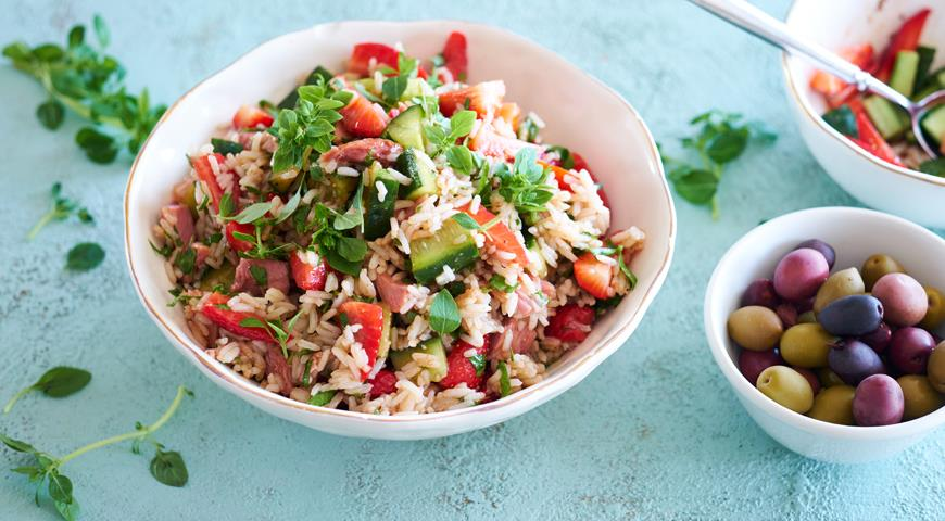Rice salad with smoked chicken and strawberries
