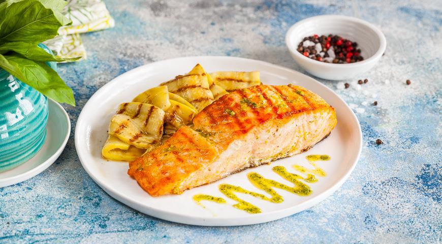 Grilled salmon with garlic pesto and zucchini