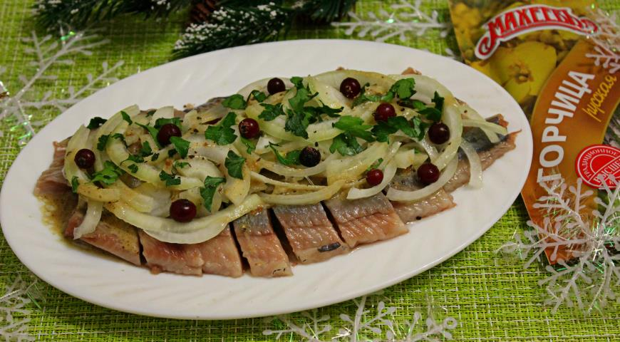 Herring with onions in mustard dressing