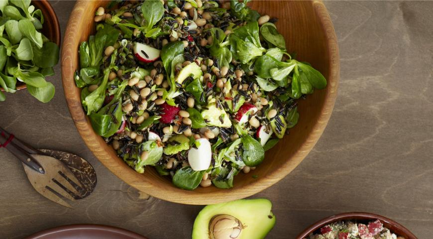 Salad with wild rice and avocado