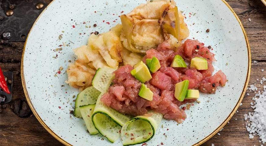 Tuna tartare with baked apple cream
