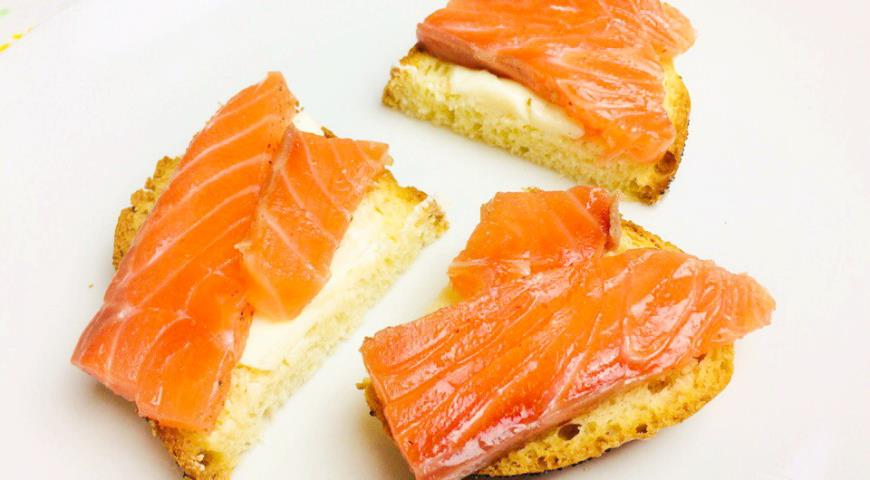 Lightly salted salmon (trout) with pink pepper