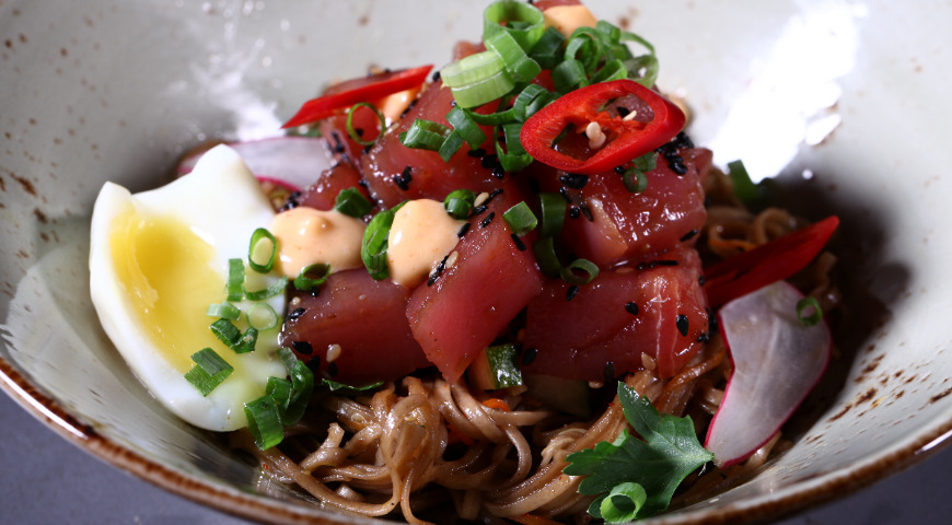 Spicy tuna with hot buckwheat noodles
