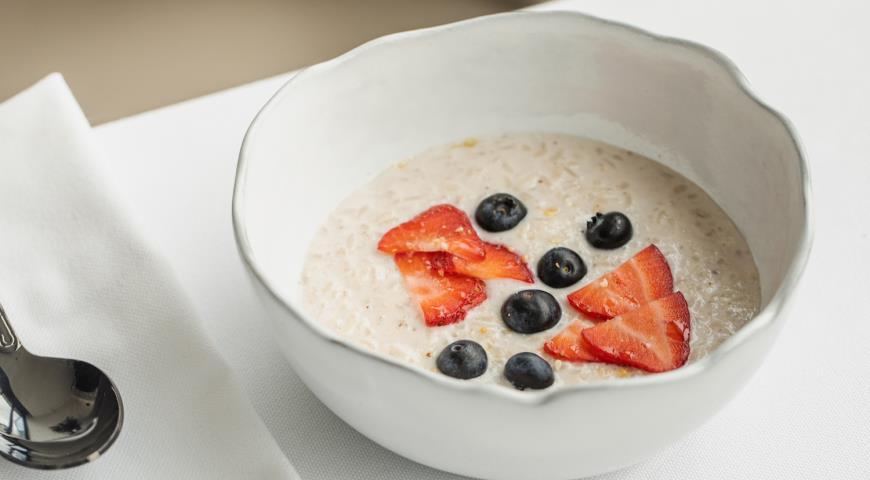 Rice porridge with berries