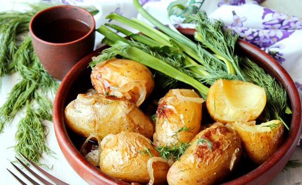 Potatoes baked in wine and vegetable broth, with onions and sage