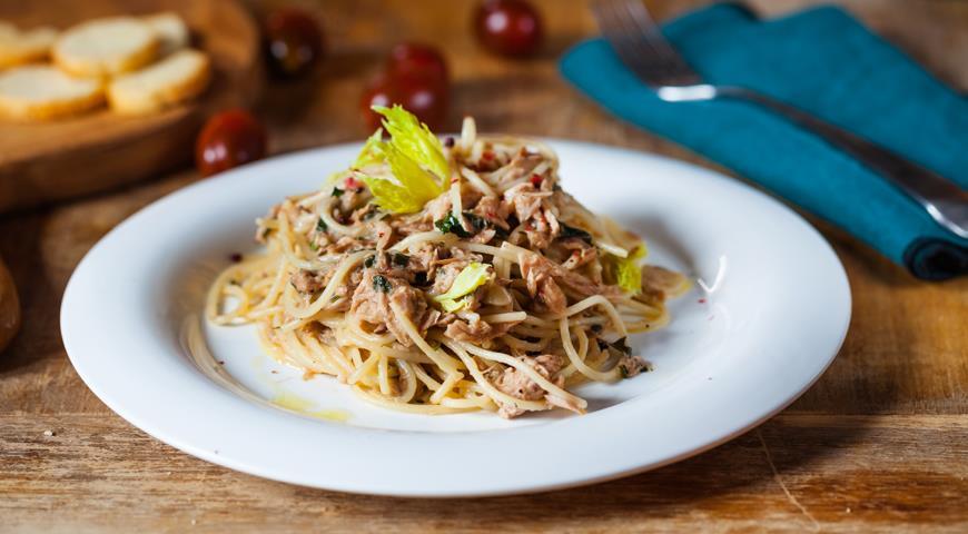 Spaghetti with canned tuna and herbs
