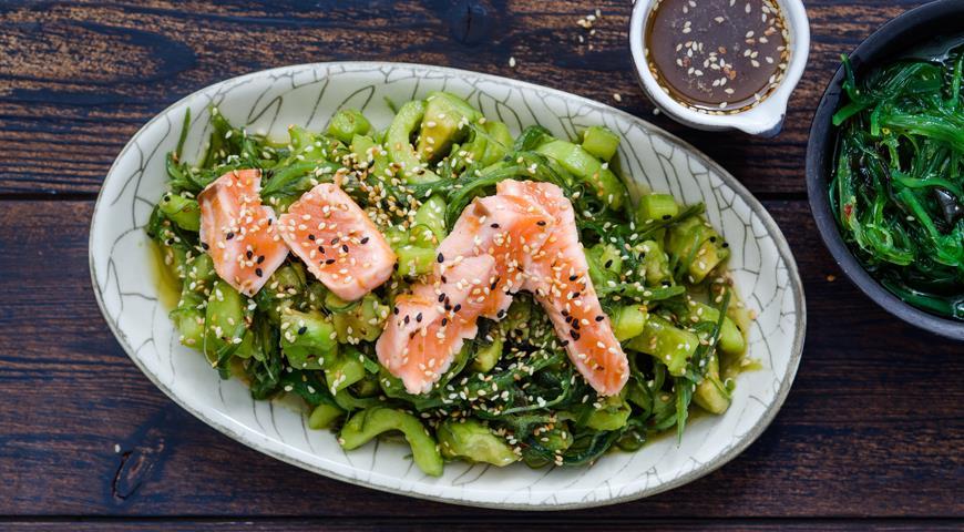 Avocado salad with salmon tataki