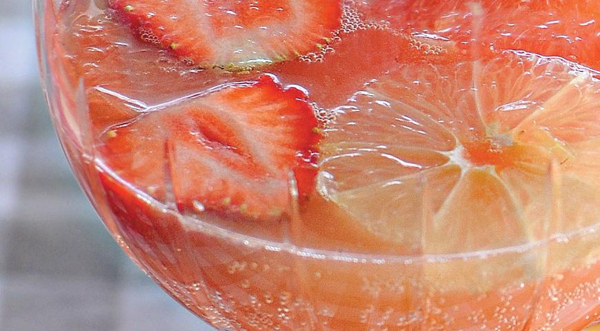 Fruit summer sangria