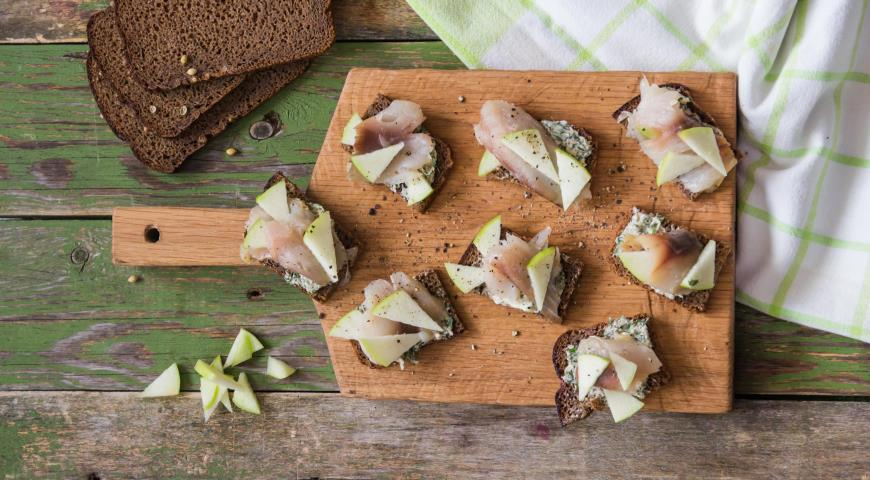 Mackerel and apple tartines