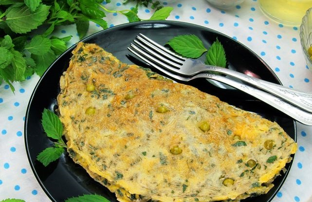 Omelet with mint, cheese and green peas