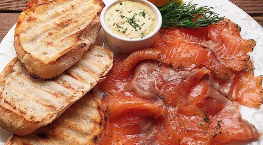 Salmon gravlax with mustard sauce