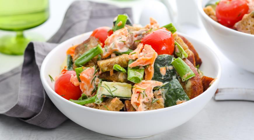 Salad with smoked trout, zucchini and toasted bread