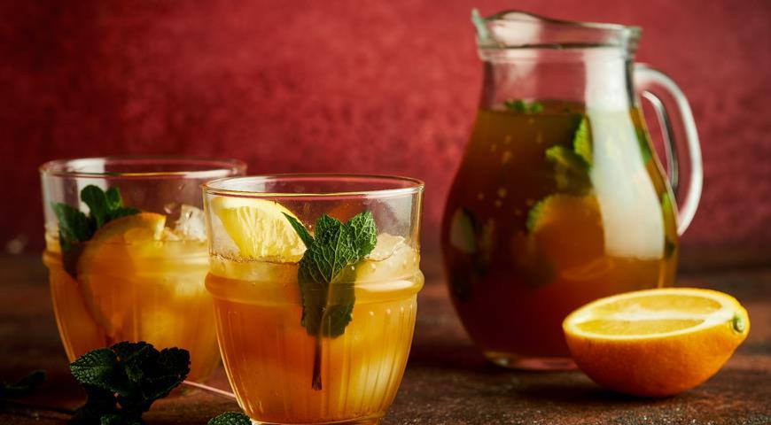 Dried fruit iced tea with mint