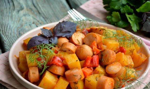 Stew with potatoes, bell peppers and sausages