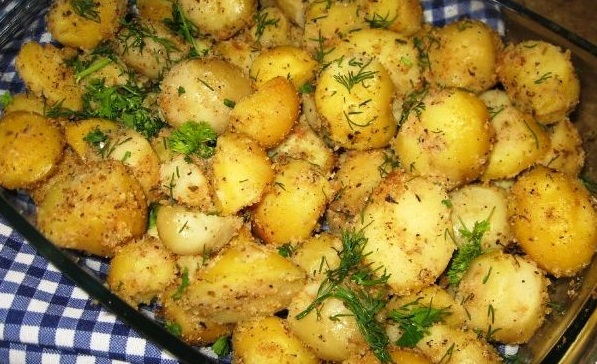 Potatoes baked with garlic in breadcrumbs
