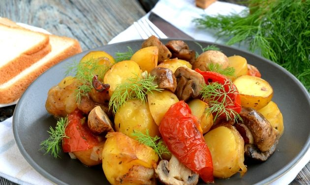 Baked potatoes with mushrooms and tomatoes, in the sleeve